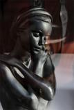 La statue dans la vitrine