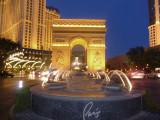 Fountain in front of l'Arc de Triomphe.