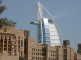 Burj Al Arab di belakang