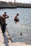 Niños bañándose en El Malecón