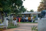 Tomando el bus. Barrio de Miramar.  La Habana