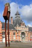 Turnhout (Belgium)Het NMBS-station met 'Grote Reiziger' (1999) kunstenaar: Paul Gees