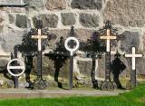 Les croix contre le mur d'église