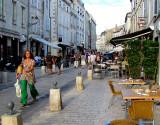 marchant dans le vieux La Rochelle