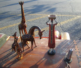 des giraffes sur un coffre