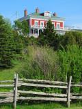 Clotûre et maison rouge
