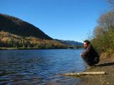 l'homme au bord de la rivière