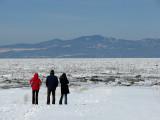 trois devant le fleuve glacé