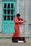 violon en rose saumon devant une porte verte