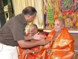 14-Sri Jeyaraman honouring Parthasarathy Iyengar.JPG