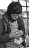 Anciana tejiendo
