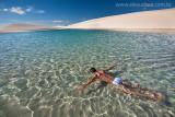Mergulho nas piscinas naturais de agua cristalina dos Lencois Maranhenses, Maranhao, 9578.jpg