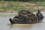 transport de bois sur le lac Tonlé Sap