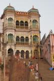 Varanassi-Palace at the Ganges.JPG