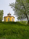 Lusthuset på Djurö, förde tankarna till törnrosas slott, häcken hade växt kämpahög...