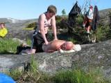 Sara ger Kjelle massage