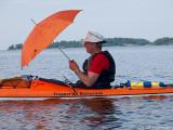 Bosse provar segelparaplyet, han gjorde misstaget att fälla upp det sista dagen, så det finns inte mer...