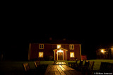 Nattmörkret sänker sig över BullAugust gård.