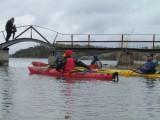 På väg under bron vid Stensund