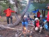 Alf, Kattis och Rolf vid den värmande elden
