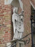 Staande Maria met Kind (koningin) - Jozef Suvéestraat 4