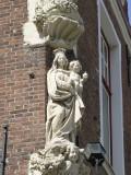 Staande Maria met Kind (koningin) - Heilige Geeststraat 3