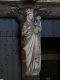 Staande Maria met Kind (koningin) - portaal Sint-Janshospitaal