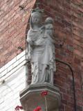 Staande Maria met Kind (koningin) - Smedenstraat 26