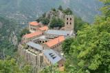 Juchée sur un éperon rocheux du Canigou (Pyrénées Orientales) à 1055 mètres d'altitude, l'abbaye de Saint-Martin fait partie de la commune de Casteil. Elle est inaugurée solennellement en l'an 1007. Déjà très abîmés au XVIIe siècle, les bâtiments sont abandonnés par les moines en 1783. Il faut attendre 1902 pour que commence une campagne de reconstruction, dirigée par l'évêque de Perpignan, Mgr de Carsalade du Pont. A la mort de l'évêque, en 1932, l'essentiel des travaux de restauration sont achevés.