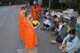 Cérémonie des offrandes aux moines de Phitsanuloke, très tôt le matin.