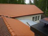 taket på plats samt vindskiveplåt