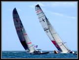 Duelo en la boya de barlovento entre Team New Zeland  y  +39 Challenge
