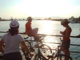 Este grupo de trabajo de la SEO que se desplazan en bici cruzan el rio entre Deltebre y San Jaume d'Enveja  en barca.