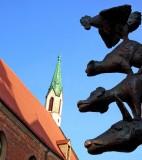 Sv Jana baznica and the Bremer Stadtmusikanten (sculpture 1990)