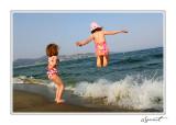 Filles plage saut.jpg