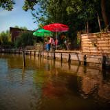 Pêcheur sous les parasols