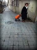 señora con carrito naranja