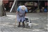 Lies met haar hondjes op de binnenplaats