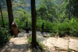 menuruni bukit menuju gua Jepang