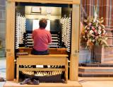 Gratten at the organ