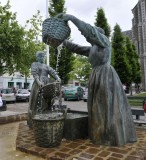 Cancale Statue rinsing  oysters.JPG
