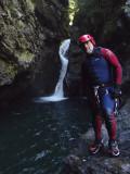 Cascada con paso bajo la corriente