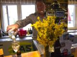Alfonso (Bar Gredos) sirviendo un rueda tras flores de piornos
