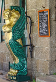 A golden figurehead invites us to taste home-made cakes…