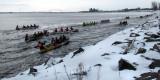 L'armada de canots vers la ville