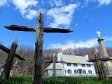 Croix de bois et maison des jésuites