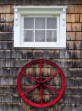 La roue rouge et la fenêtre blanche