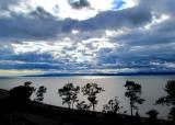 bord du fleuve avec fond de nuages