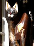 Chat de bois à la fenêtre