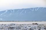 Le canot devant le massif